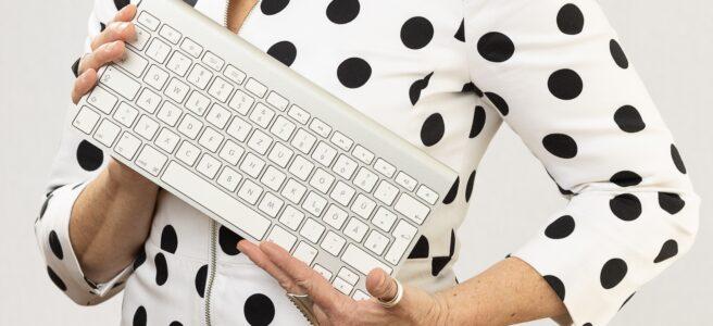 Gudrun Amtmann, Protokollantin mit Tastatur